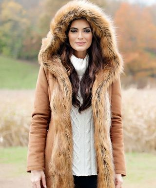 Эффектные женские пальто с капюшоном и мехом