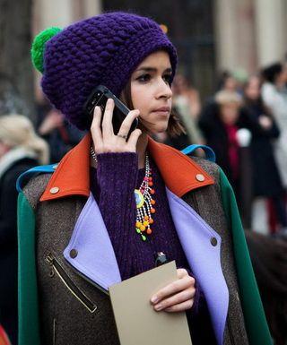 С чем носить шапки разных цветов и фасонов