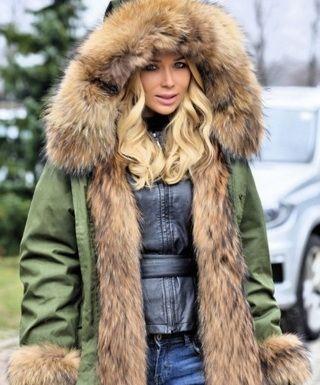 Эффектные куртки с мехом енота