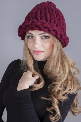 Такие стильные женские вязаные шапки 2018-2019 года продемонстрированы  здесь на фото  b0ca5f1562e91