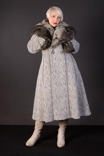 6106d2c2096 Дамам с фигурой «груша» лучше выбирать драповое женское зимнее пальто с  объемным длинноворсовым мехом в области воротника. Так вы визуально  расширите линию ...